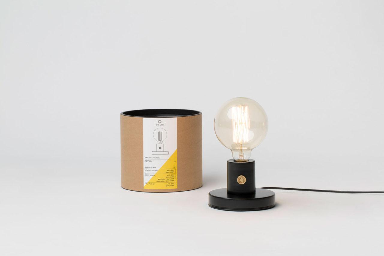 czarna lampa na stół z dużą żarówką