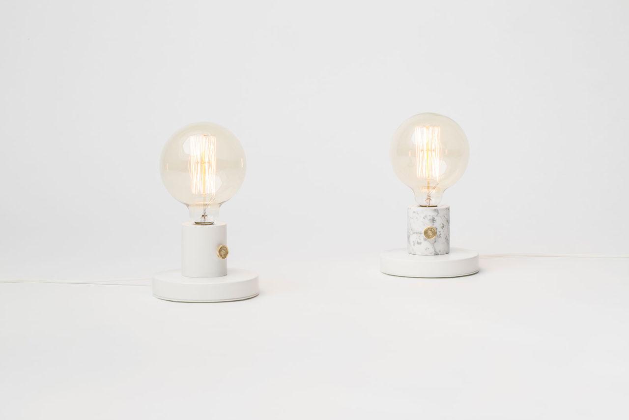 białe lampki z żarówką retro