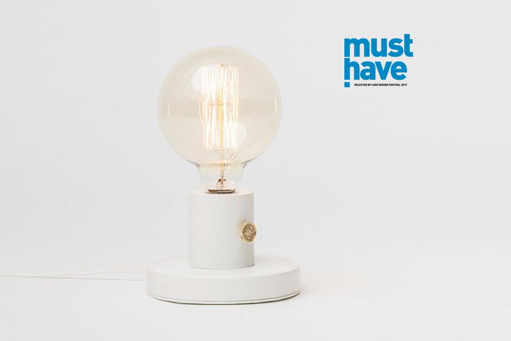 biała lampa stołowa z dużą żarówką